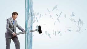 Uomo che rompe vetro Fotografia Stock