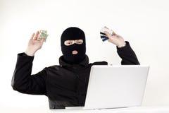 Uomo che ruba i dati da un computer portatile Fotografie Stock Libere da Diritti