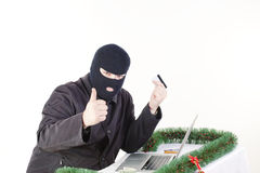 Uomo che ruba i dati da un computer portatile immagine stock libera da diritti