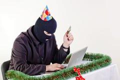 Uomo che ruba i dati da un computer portatile fotografia stock libera da diritti