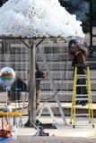 Uomo che salda un'esposizione leggera nel parco Immagine Stock Libera da Diritti