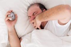 Uomo che sbadiglia come prova a svegliare fotografie stock libere da diritti