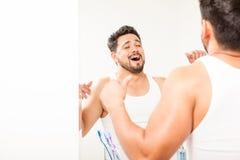 Uomo che sbadiglia e che allunga nel bagno Fotografia Stock Libera da Diritti