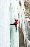 Uomo che scala cascata congelata Fotografia Stock Libera da Diritti
