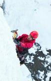 Uomo che scala cascata congelata Immagine Stock Libera da Diritti