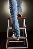 Uomo che scala sulla scala Fotografie Stock Libere da Diritti