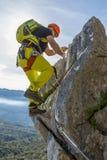 Uomo che scala a via il ferrata Immagini Stock