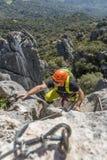 Uomo che scala a via il ferrata Immagine Stock Libera da Diritti