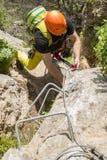 Uomo che scala a via il ferrata Fotografia Stock