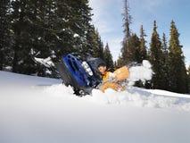 Uomo che scava fuori snowmobile. Fotografia Stock