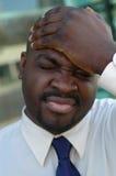 Uomo che schiaffeggia la sua testa Fotografia Stock Libera da Diritti