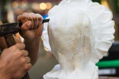 Uomo che scolpisce statua di pietra Immagine Stock Libera da Diritti