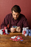 Uomo che scommette con le carte di credito Fotografie Stock Libere da Diritti