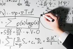 Uomo che scrive le formule complesse di per la matematica sulla lavagna Matematica e scienza Fotografia Stock