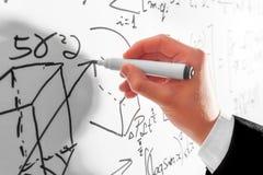 Uomo che scrive le formule complesse di per la matematica sulla lavagna Matematica e scienza Immagine Stock
