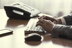 Uomo che scrive sulla tastiera Fotografia Stock Libera da Diritti