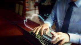 Uomo che scrive sulla tastiera con l'ologramma della nuvola di dati