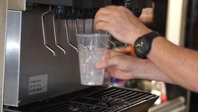 Uomo che seleziona la bevanda fresca della fontana video d archivio