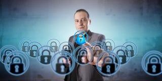 Uomo che seleziona una serratura virtuale fra molti multipli fotografie stock libere da diritti