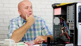 Uomo che sembra deludente e disperato dentro un computer archivi video