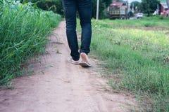 Uomo che si allontana al campo di erba in Tailandia Fotografia Stock Libera da Diritti