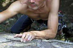 Uomo che si arrampica sul granito Fotografia Stock Libera da Diritti