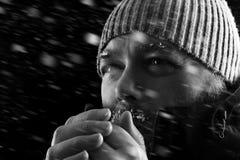 Uomo che si congela nella fine della tempesta della neve su BW Immagini Stock