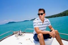 Uomo che si distende su una barca Fotografie Stock