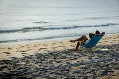 Uomo che si distende sulla spiaggia Immagine Stock Libera da Diritti