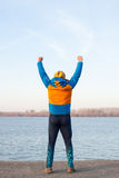 Uomo che si esercita alla sponda del fiume Fotografia Stock