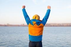 Uomo che si esercita alla sponda del fiume Fotografie Stock Libere da Diritti