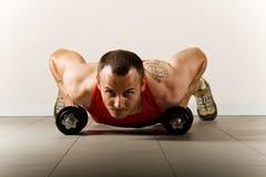 Uomo che si esercita con i dumbbells Fotografia Stock
