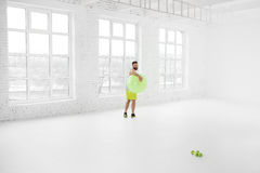 Uomo che si esercita con il fitball Fotografie Stock Libere da Diritti