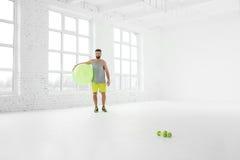 Uomo che si esercita con il fitball Immagine Stock Libera da Diritti