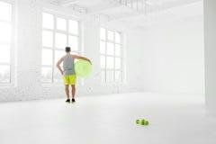 Uomo che si esercita con il fitball Fotografia Stock Libera da Diritti