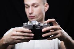 Uomo che si fotografa sulla vecchia macchina fotografica Immagine Stock