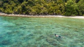 Uomo che si immerge da solo nel mare tropicale Isola di Perhentian, Malesia fotografie stock libere da diritti