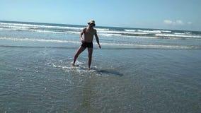 Uomo che si infuria sulla spiaggia da solo Che cammina ha perso nell'acqua Ambiente insolito idleness video d archivio