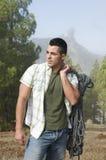 Uomo che si leva in piedi alla montagna con la strumentazione di ascensione fotografia stock libera da diritti