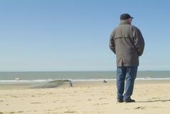 Uomo che si leva in piedi alla spiaggia Fotografie Stock Libere da Diritti