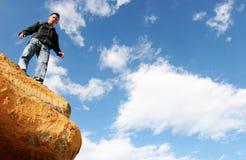 Uomo che si leva in piedi in cima al mondo Immagine Stock Libera da Diritti