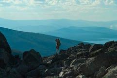 Uomo che si leva in piedi in cima alla montagna Immagine Stock Libera da Diritti