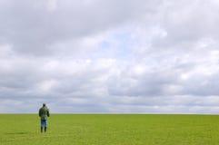 Uomo che si leva in piedi da solo in un campo Fotografia Stock Libera da Diritti