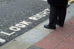 Uomo che si leva in piedi nella via Fotografia Stock Libera da Diritti