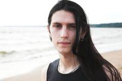 Uomo che si leva in piedi a sorridere della spiaggia Fotografie Stock Libere da Diritti