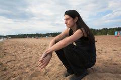 Uomo che si leva in piedi a sorridere della spiaggia Immagini Stock