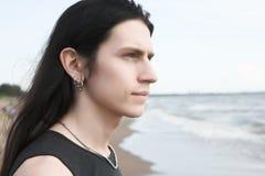 Uomo che si leva in piedi a sorridere della spiaggia Immagine Stock