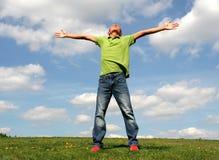 Uomo che si leva in piedi sull'erba Fotografia Stock Libera da Diritti