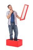 Uomo che si leva in piedi in una casella Fotografia Stock