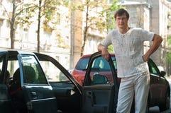 Uomo che si leva in piedi vicino ad un'automobile Fotografie Stock